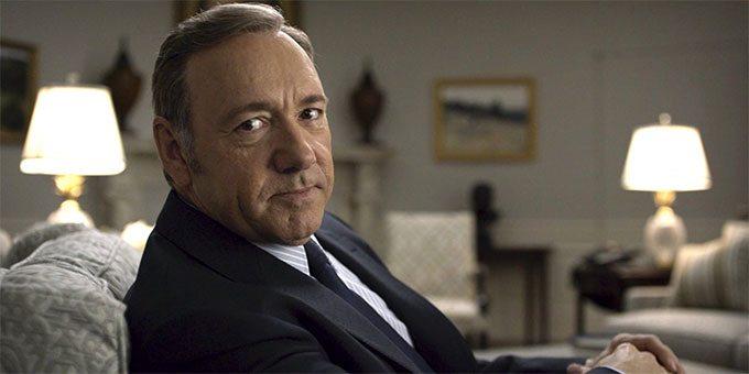 Frank Underwood (Kevin Space) em House of Cards: Alguns de seus diálogos são direcionados ao espectador.